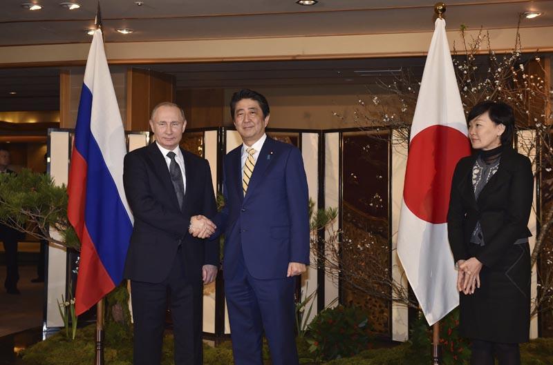 KN429 NAGATO (JAPÓN), 15/12/2016.- El presidente ruso, Vladimir Putin (i), es recibido por el primer ministro japonés, Shinzo Abe, antes del encuentro que mantuvieron en Nagato (Japón) hoy, 15 de diciembre de 2016. EFE/Kazuhiro Nogi / Pool