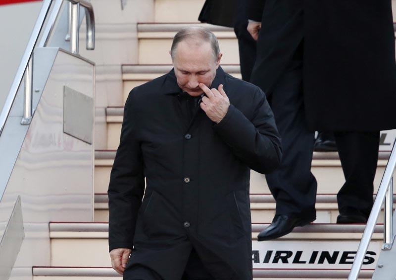 KSX106 UBE (JAPÓN) 15/12/2016.- El presidente ruso, Vladímir Putin (c), llega al aeropuerto Yamaguchiube en Ube, oeste de Japón, hoy, 15 de diciembre de 2016. Putin realiza una visita de dos días de duración al país. EFE/Koji Sasahara, Pool