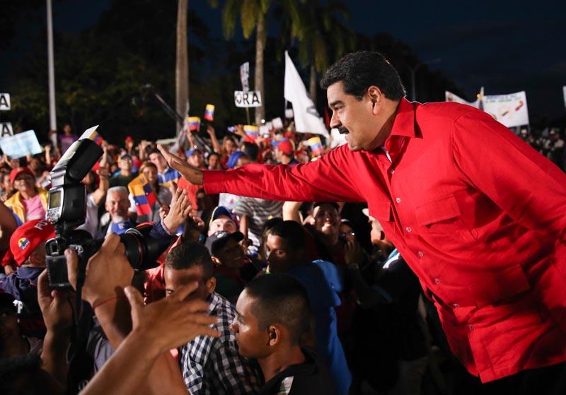 CAR804. CARABOBO (VENEZUELA), 06/12/2016.- Fotografía cedida por el Palacio de Miraflores donde se observa al presidente de Venezuela Nicolás Maduro (d) en un acto de gobierno hoy, martes 6 de diciembre de 2016, en Carabobo (Venezuela). EFE/PALACIO DE MIRAFLORES / SOLO USO EDITORIAL/NO VENTAS
