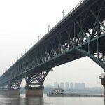 Soldados chinos construyen un puente sobre el río Yangtsé en 27 minutos