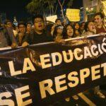 Miles de peruanos marchan contra moción de censura a ministro de Educación