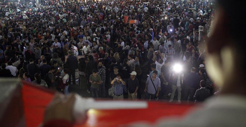 LIM11. LIMA (PERÚ), 12/12/2016.- Integrantes de colectivos civiles y estudiantes marcha hoy, lunes 12 de diciembre de 2016, en el centro histórico de Lima ( Perú). La marcha se hizo en respaldo a la ley universitaria y al ministro de Educación, Jaime Saavedra, que afronta un pedido de censura planteado por la mayoría fujimorista en el Congreso . EFE / Ernesto Arias