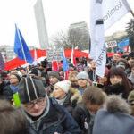 Miles de manifestantes protestan en Varsovia contra restricciones a medios