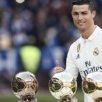 Cristiano Ronaldo ofrece su cuarto Balón de Oro al público del Santiago Bernabéu
