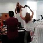 Argentina: Despiden a funcionaria de centro DDHH por bailar sobre una mesa