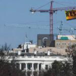 "EEUU: Greenpeace llama a ""resistir"" con pancarta frente a la Casa Blanca (VIDEO)"