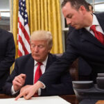 Donald Trump firmó su primera orden ejecutiva contra el Obamacare