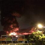 Rímac: Voraz incendio arrasa un depósito de tubos de plástico