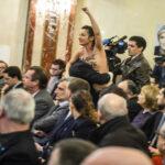 Francia: Militante de Femen con pechos al aire interrumpe mitin de Le Pen