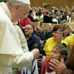 El Papa Francisco recibe de una niña camiseta de Alianza Lima