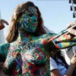 Argentina: 200 jóvenes con senos al aire protestan contra prohibición al toples (VIDEO)