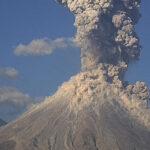 México: Fuerte explosión en volcán Colima con exhalación de 4 kilómetros