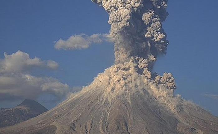 Fuerte explosión en volcán Colima con exhalación de 4 kilómetros — México