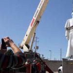 """Escultura del papa Francisco """"vigila"""" frontera de México y Estados Unidos"""