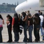Trump ordena acelerar deportaciones y contratar a 15 mil nuevos agentes