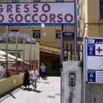 Detienen a 55 sanitarios por falsear su presencia en hospital de Nápoles