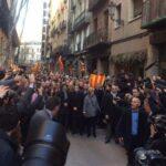 Miles de personas apoyan al expresidente catalán en juicio por referéndum