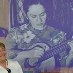 """Bachelet resalta la """"actitud salvaje"""" que evoca el verbo de Violeta Parra"""