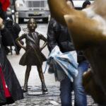 Una desafiante niña de bronce recuerda el papel de la mujer a Wall Street