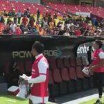 Selección peruana: Raúl Ruidíaz regala camisetas a hinchas del Monarcas Morelia