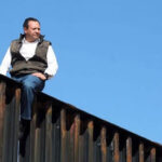 "México: Diputado se subió a muro fronterizo para demostrar que es ""fácil de saltar"" (VIDEO)"