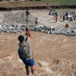 Canta: Pobladores utilizan cuerdas para cruzar río Chillón