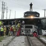EEUU: Tren embiste autobús en pleno centro de la ciudad y deja 3 muertos (VIDEO)