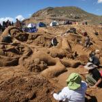 Artistas bolivianos y peruanos crean esculturas de arena por Semana Santa