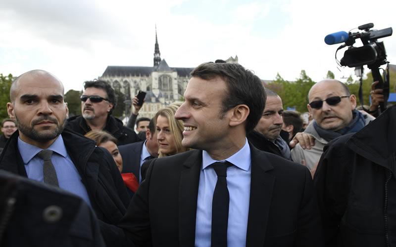 Francia: Emmanuel Macron pide voto contra Marine Le Pen