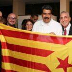 Nicolás Maduro se fotografía con una bandera independentista catalana