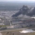 EEUU: Explosión incendia camiones de remolque en almacén de Opa-locka (VIDEO)