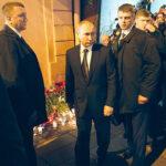 Rusia: Putin deja ofrenda floral por víctimas de atentado terrorista enmetro