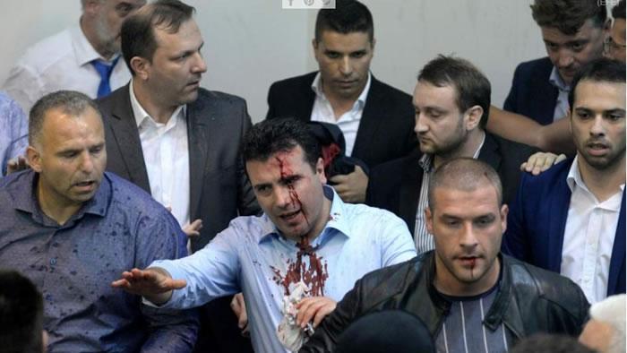 Batalla campal en parlamento de Macedonia deja más de 100 heridos