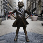 """EEUU: Nueva controversia en torno a la """"Niña sin miedo"""" de Wall Street"""