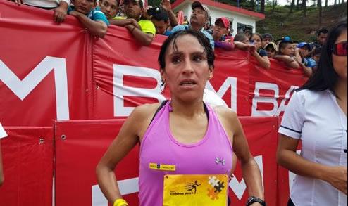 Atleta peruana gana medalla de oro en media maratón en Guatemala
