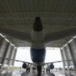 Primer avión mediano de pasajeros chino realiza con éxito su primer vuelo