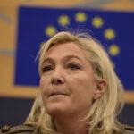 Tiran huevos a Le Pen cuando llegaba a fábrica en el oeste de Francia