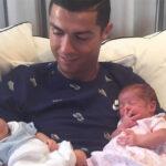 Cristiano Ronaldo publica fotografía con sus gemelos recién nacidos
