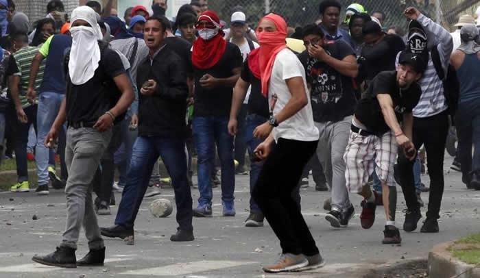 Universitarios se enfrentan a unidades antidisturbio en protesta contra el Decreto 130