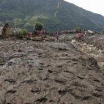 China: Deslizamiento de tierra deja cien personas enterradas en Sichuan