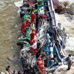 Al menos 8 muertos y 30 heridos deja caída de autobús a río en selva peruana