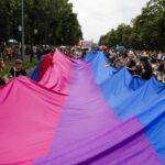Alemania: Miles de personas celebran el orgullo gay berlinés bajo la lluvia