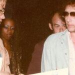 Ponen en venta disco que John Lennon firmó a su asesino antes de morir (VIDEO)