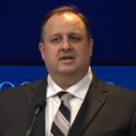 EEUU: Director de la Oficina de Ética del Gobierno de Trump confirmó renuncia