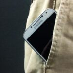 Científicos diseñan material para que el móvil se cargue al roce con la ropa