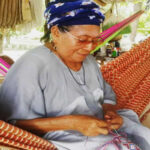 Colombia: Artesanas decoran atuendo que usará el Papa en Cartagena