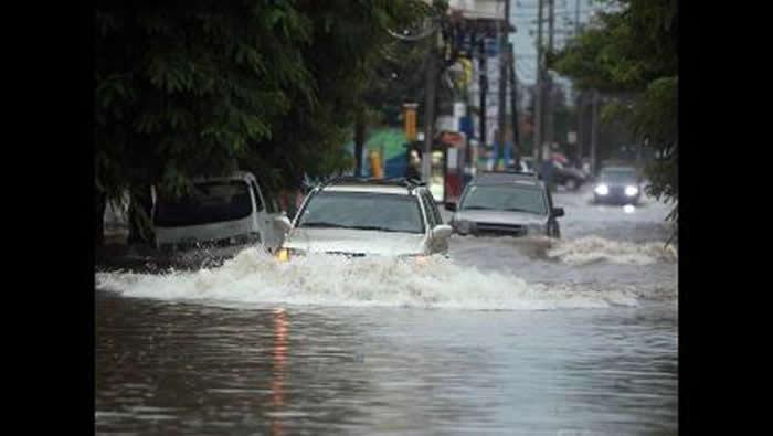 Repentinas inundaciones y vuelos suspendidos deja tormenta Emily en Miami