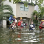 Tormenta Harvey: Cientos de residentes esperan ser rescatados en Houston