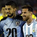 Messi y Suárez posan en la cancha con mensaje de apoyo al Mundial 2030