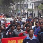 Maestros huelguistas bloquearon carreteras en marcha a la Plaza San Martín